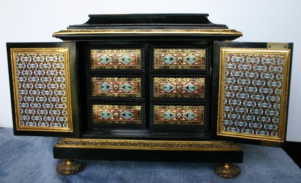 Armoire à bijoux (4) Les deux portes ouvertes. Emaux cloisonnés.JPG