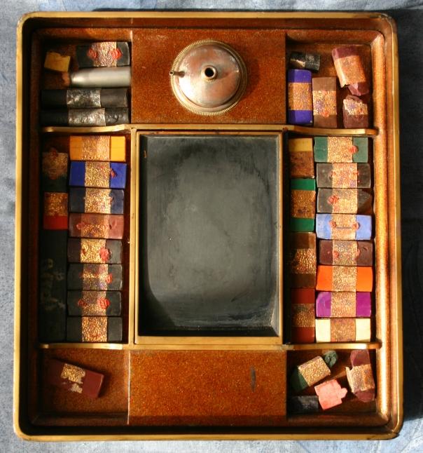 boite-a-aquarelle-2-interieur-avec-batons-daquarelle-et-pierre-origine-rosset-granger-coll-b-et-f-dehay