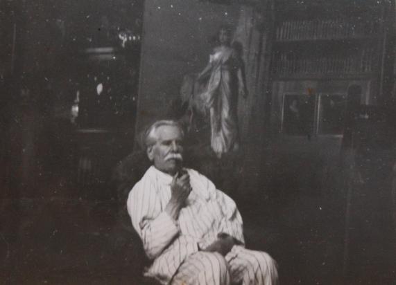 edouard-rosset-granger-7-portrait-assis-en-pyjama-dans-son-atelier-de-lavenue-gourgaud-1934
