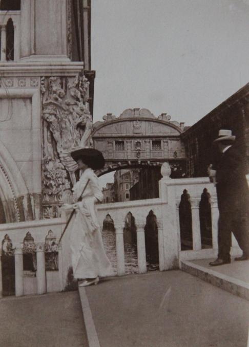 edouard-et-marcelle-rosset-granger-devant-le-pont-des-soupirs-a-venise-en-1912