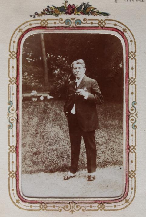 edouard-rosset-granger-7-en-costume-pipe-a-la-main-vers-1910