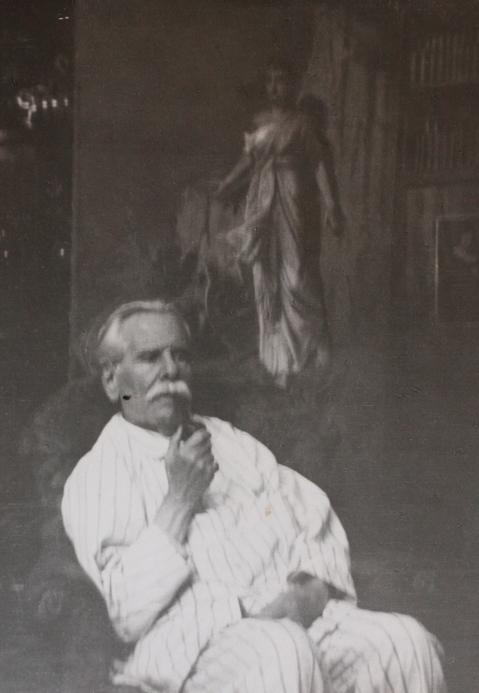 edouard-rosset-granger-8-portrait-assis-a-la-pipe-en-pyjama-devant-une-toile-dans-son-atelier-de-lavenue-gourgaud-peu-de-temps-avant-sa-mort-en-1934