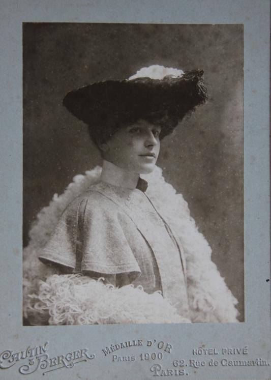 marcelle-rosset-granger-en-1903-avec-une-capuline-et-un-chapeau-a-plumes