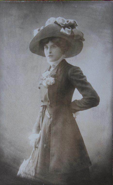 marcelle-rosset-granger-en-1904-avec-manteau-et-chapeau
