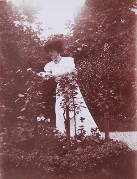 marcelle-rosset-granger-en-1908-dans-un-parc-1