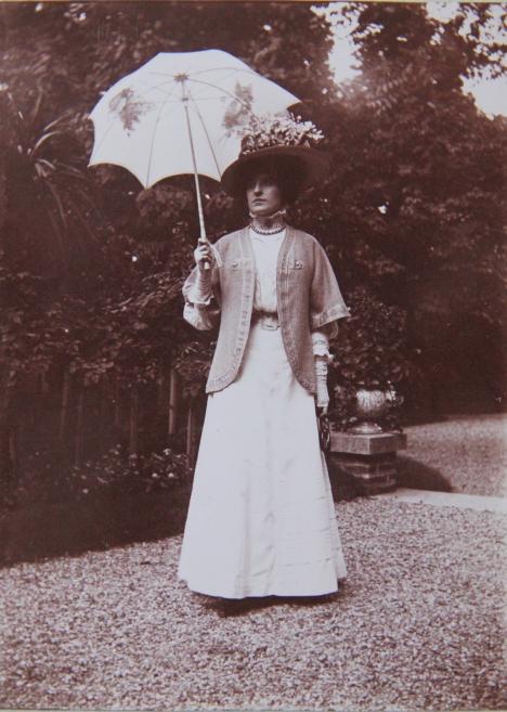 marcelle-rosset-granger-en-1908-dans-un-parc-3