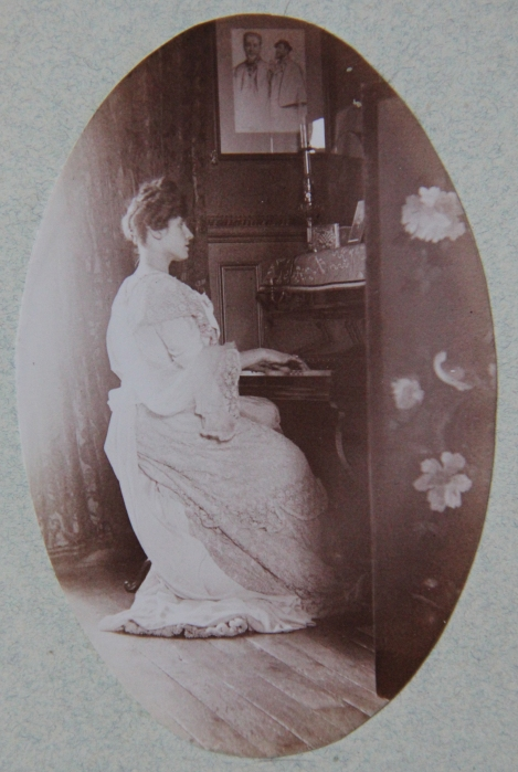 marcelle-rosset-granger-en-1911-assise-au-45-avenue-de-villiers