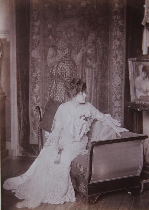 marcelle-rosset-granger-en-1911-au-45-avenue-de-villiers-3-devant-lhuile-de-1904-solitude-liseuse-a-table