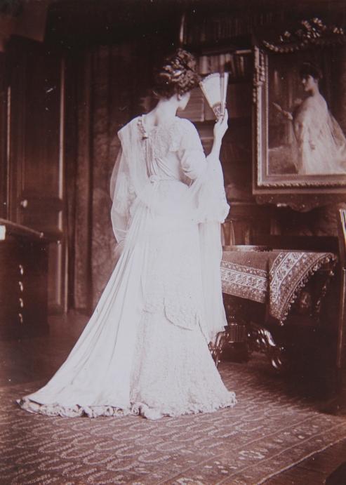marcelle-rosset-granger-en-1911-au-45-avenue-de-villiers-posant-devant-une-toile-la-representant