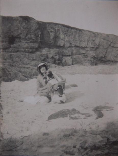 marcelle-rosset-granger-en-1911-a-la-plage-pres-de-pont-aven-un-chien-dans-les-bras
