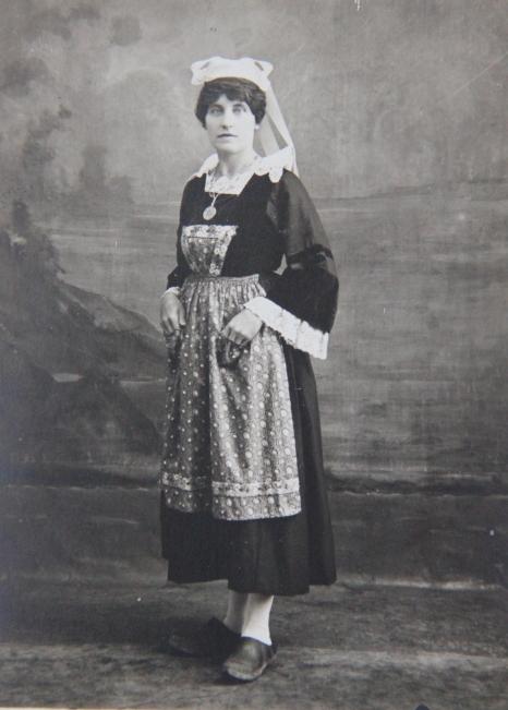 marcelle-rosset-granger-en-1919-en-costume-de-pont-aven