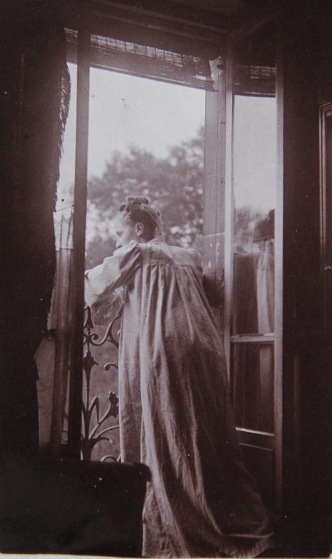 marcelle-rosset-granger-en-1925-accoudee-a-la-fenetre-du-17-avenue-gourgaud